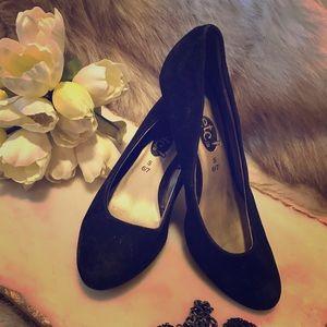 Short heeled black velvet heels
